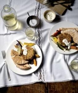 Bonenburger Met Geroosterde Groenten En Yoghurtsaus