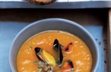 Romige soep met pompoen en mosselen